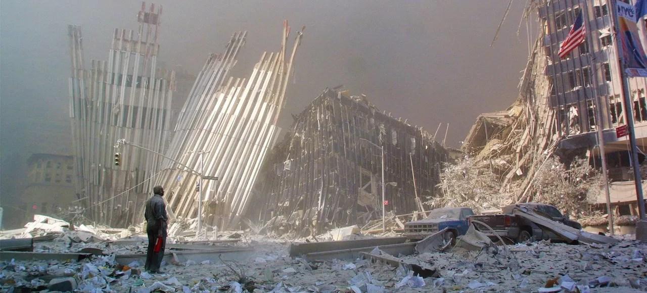 Au milieu des gravats, un homme se tient debout, le 11 septembre, à New York, après l'effondrement des tours du World Trade Center provoqué par le crash de deux avions.