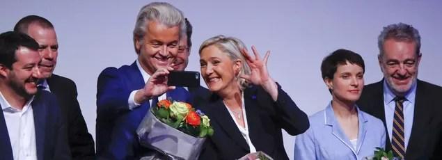 La présidente du FN, Marine Le Pen, au côté du président du Parti de la liberté néerlandais, Geert Wilders, à Coblence.
