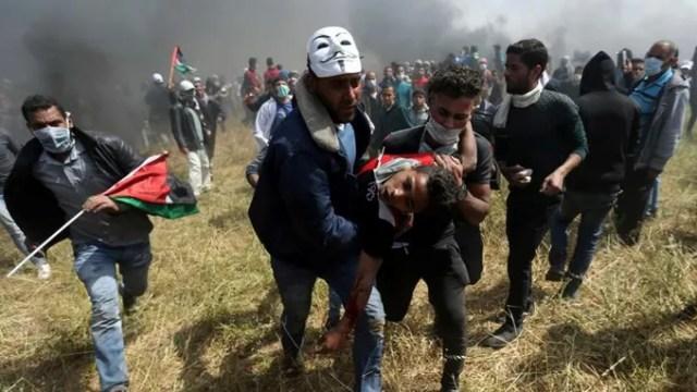 Les manifestants évacuent leurs blessés lors des affrontements de vendredi