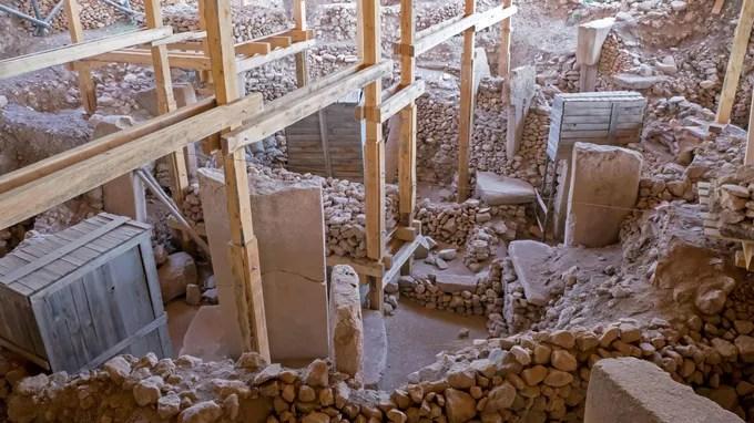 Certaines pierres retrouvées sur le site , rares dans la région, ont été acheminées sur de longues distances.