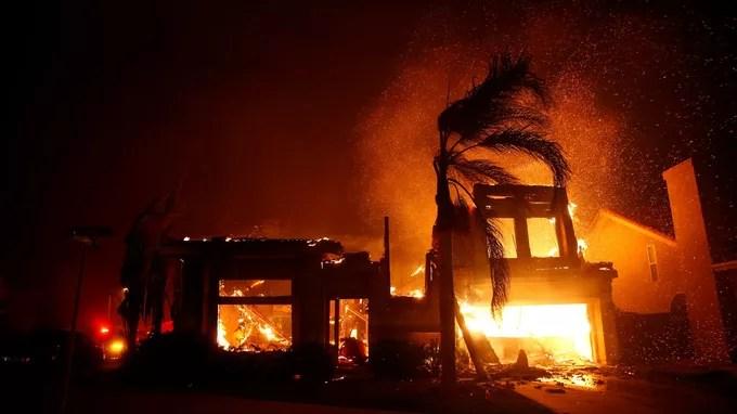 El fuego avanza rápidamente cerca de Malibú.
