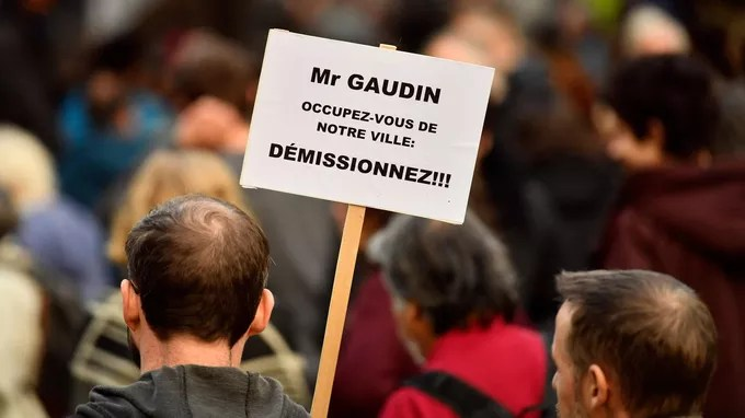 Residents and associations organized this white march to pay tribute to the victims but also to express their anger against the town hall and Jean-Claude Gaudin (LR).