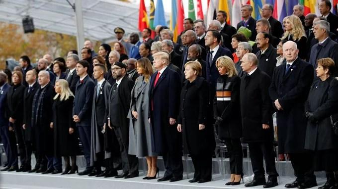 Les chefs d'État se sont levés pour la minute de silence.