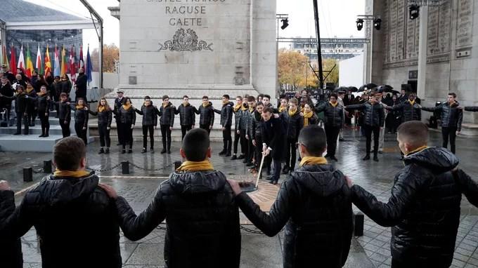 Emmanuel Macron a ravivé la flamme du soldat inconnu, entouré des élèves de Seine-Saint-Denis.