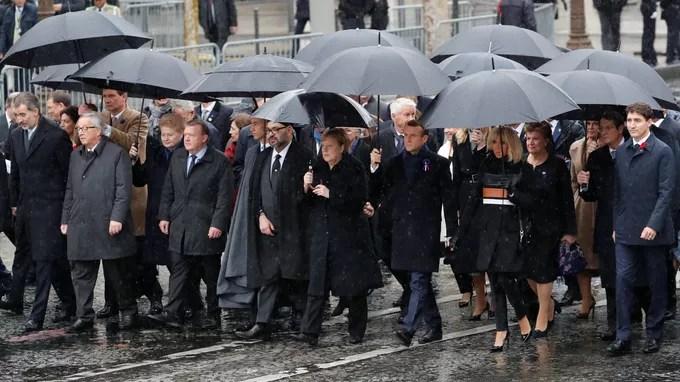 Les chefs de l'État ont remonté les derniers mètres des Champs-Élysées à pieds. <br/><br/>