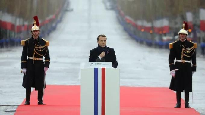 Emmanuel Macron a prononcé son discours au milieu de la place de l'Étoile.