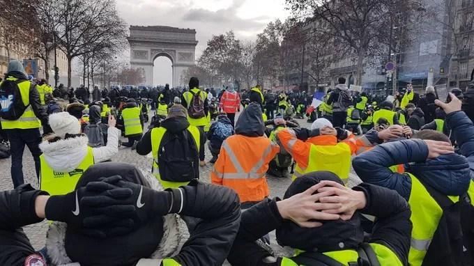 Avenue de la Grande-Armée. Ces manifestants prennent une pose rappelant celle, forcée, des jeunes arrêtés jeudi à Mantes-la-Jolie dans des conditions controversées.