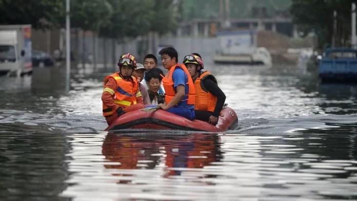 Pour évacuer les habitants, les secours utilisent des bateaux gonflables à Shenyang où des dizaines de personnes ont disparu dans ces inondations.