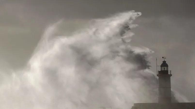 Une vague s'écrase sur un phare lors d'une tempête au sud-est de la Grande-Bretagne en octobre 2013 - Photo d'illustration - REUTERS/Luke MacGregor