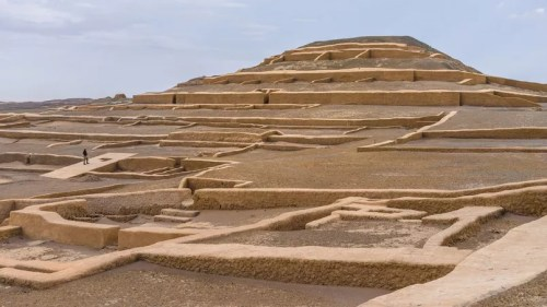 Plus au nord, la civilisation Nazca nous a légué ses célèbres lignes géantes, tracées à l'aide de pierres, mais aussi des pyramides, comme celle du site cérémoniel de Cahuachi.