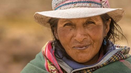 Tecla garde seule son troupeau de lamas et d'alpagas dans la réserve nationale de Salinas y Aguada Blanca.
