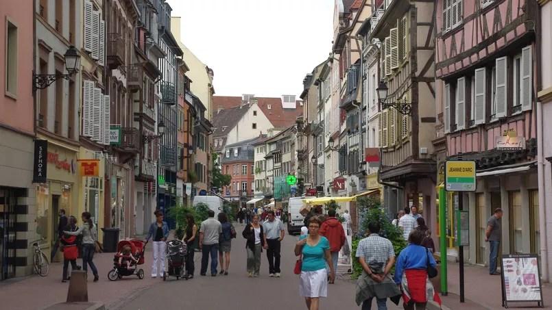 Des passants dans une rue commerçante de Colmar. Crédit: flickr/spiterman.