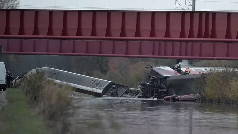 La rame argentée du train était visible, couchée au bas d'un pont dans un canal large d'une quarantaine de mètres.