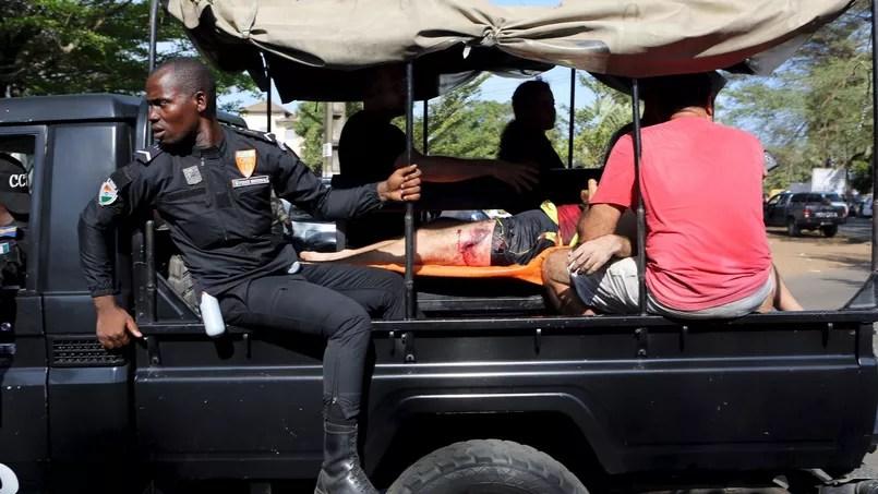 Un blessé évacué dimanche de Grand-Bassam.