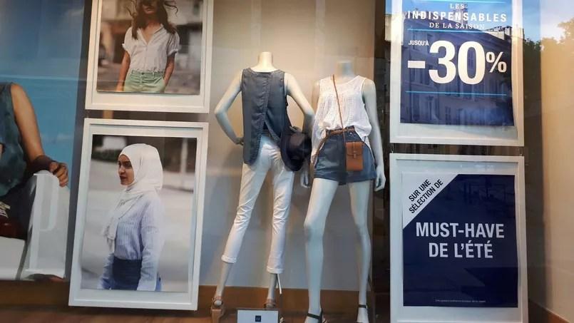 L'enseigne américaine Gap provoque la polémique avec la photo d'une en hijab en vitrine de ses magasins, dans le monde entier, aux côtés d'autres visages d'origines et de styles divers. DR