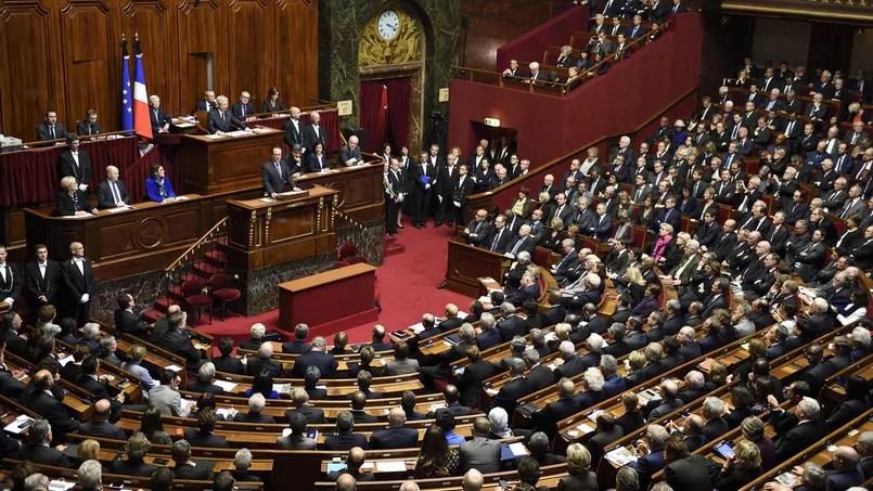 Le Congrès est la réunion des 577 députés et des 348 sénateurs à Versailles.