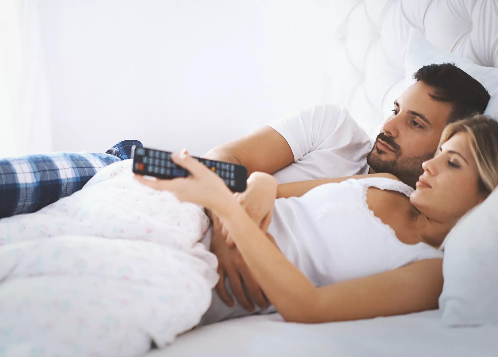 https madame lefigaro fr bien etre sexe la television dans la chambre danger pour la libido desir 150118 146382