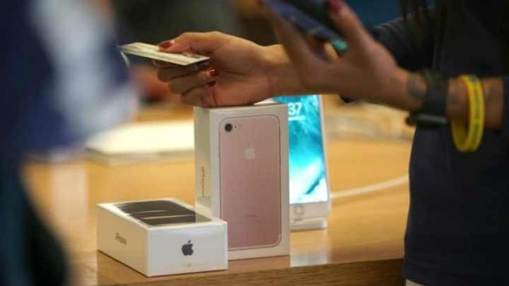 Man Changes Name to iPhone 7 to Get the Latest Apple Smartphone for Free