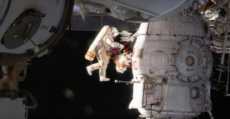 رواد الفضاء الروس يأخذون عينات في الساعة السادسة من السباق في الفضاء إلى سر الكراك 1