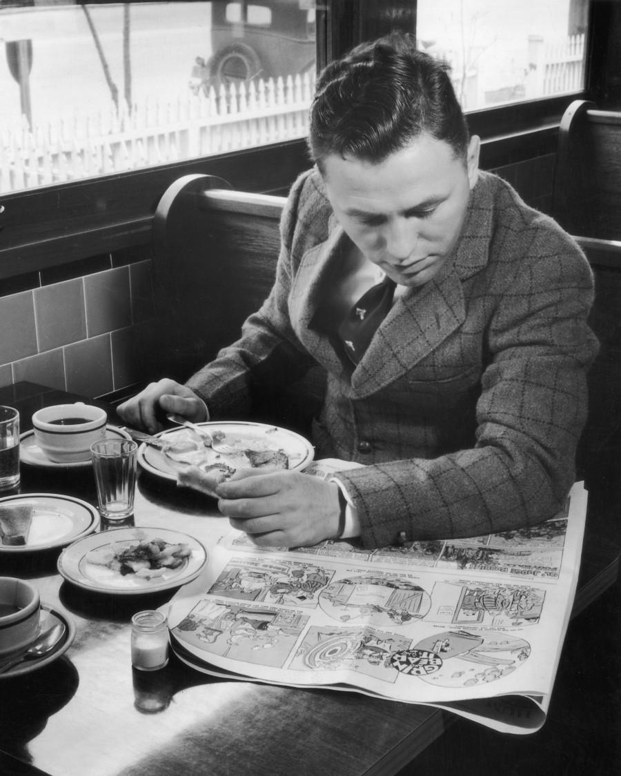 Una persona cena y lee el periódico (Fuente: https://i1.wp.com/i.huffpost.com/gen/1768830/thumbs/o-51239785-900.jpg