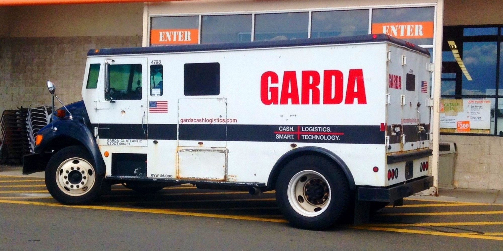 Garda Truck Thousands Of Dollars Stolen From Royal Bank In Montreal