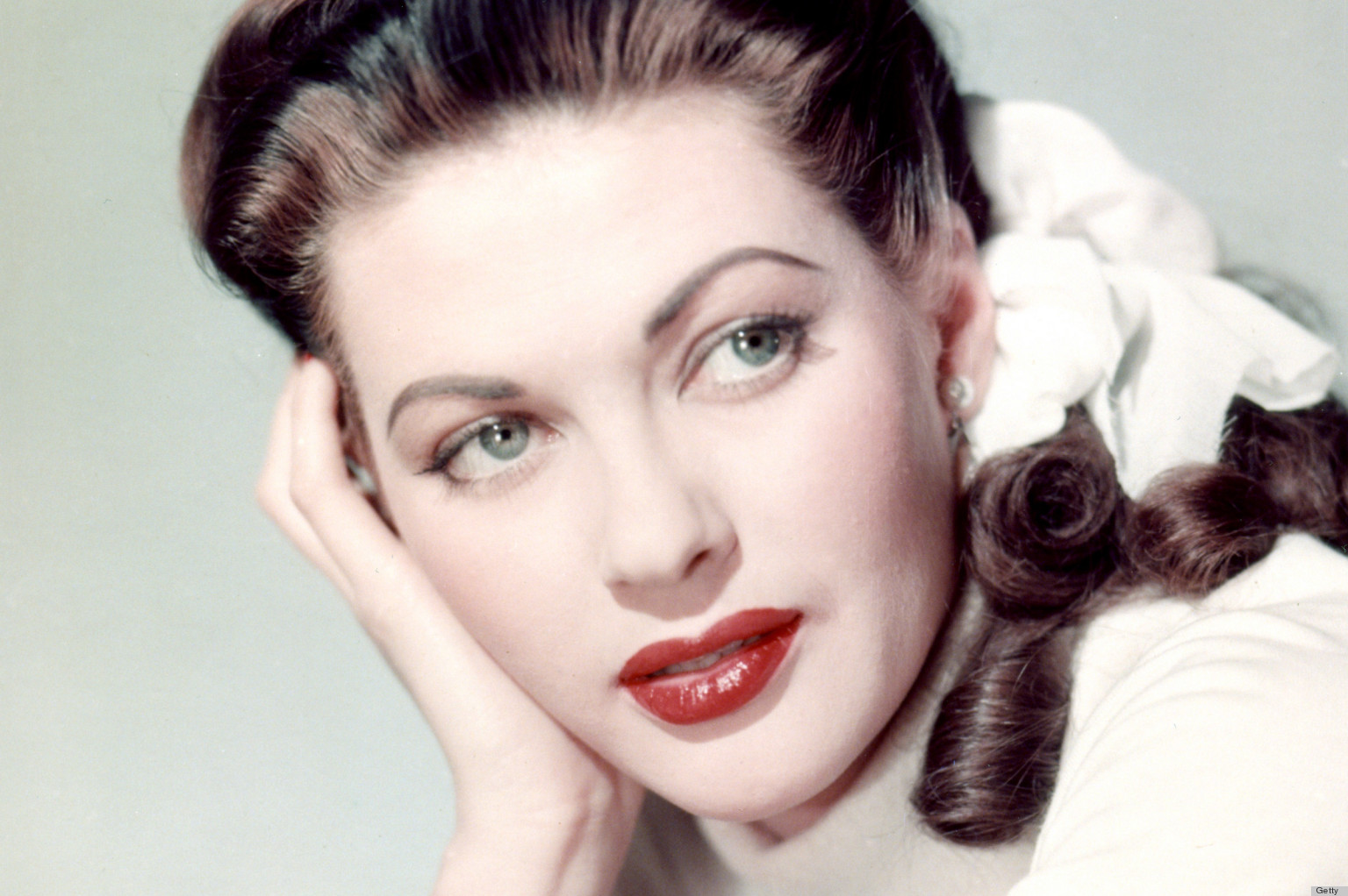 Victory Roll Hairstyle How To Channel The 40s With This