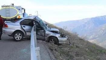 Bariyerlere saplanan otomobil, uçuruma düşmekten kurtuldu