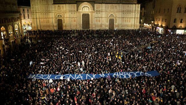 Vídeo | El movimiento antifascista de las 'sardinas junta a '40 000 'sardinas' contra Salvini en Bolonia