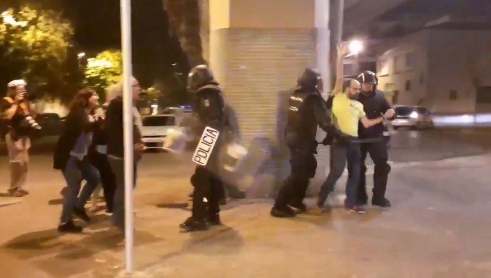 Vídeo | La Policía agrede y detiene a un hombre que intentaba apagar un incendio en Girona: «¡Sólo quería apagar el fuego!»