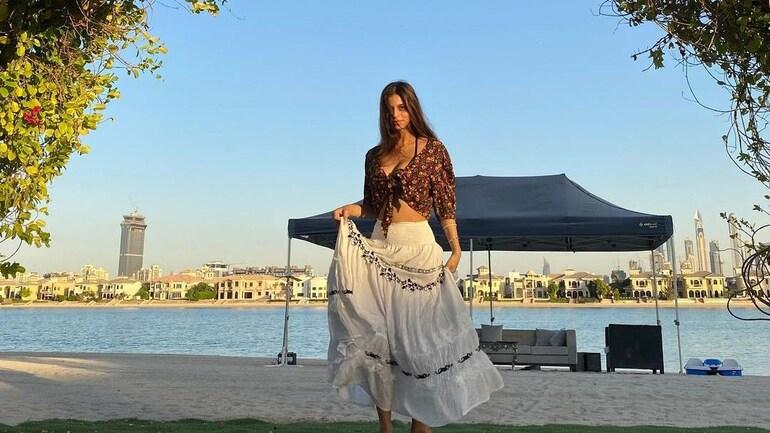 suhana skirt Shanaya Kapoor breaks the internet with her belly dancing moves, thanks Suhana Khan for the skirt