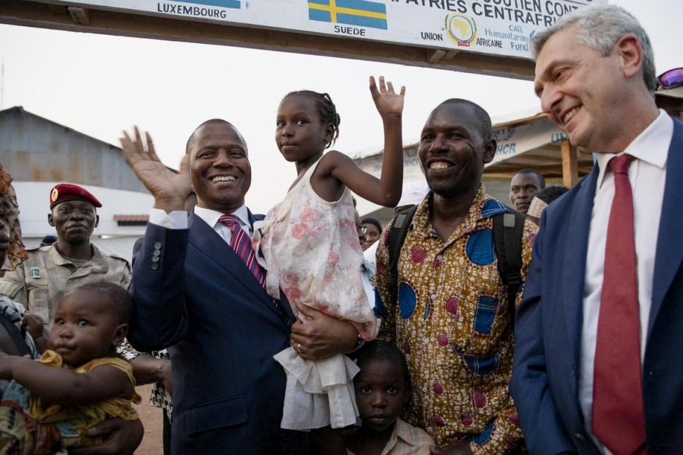 El Alto Comisionado comienza su visita a la República Centroafricana, dándole a los refugiados una bienvenida a casa