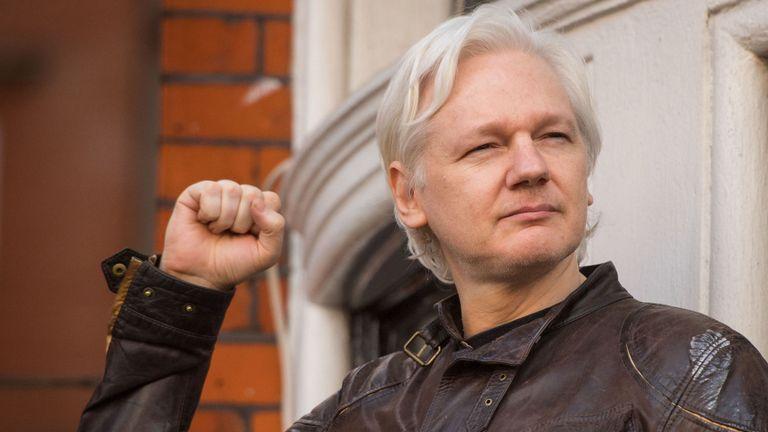 Detienen a Julian Assange en Reino Unido después de que Ecuador retirara el asilo político