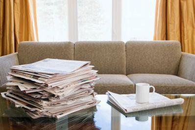 Tumpukan Koran Bekas Terlihat Berantakan di Ruang Tamu