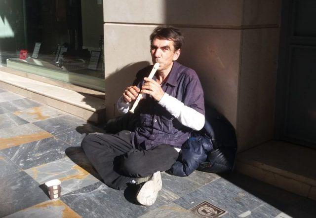 La policía de Cartagena confisca la flauta a Tico, el mendigo que se ganaba la vida tocando el Himno a La Alegría