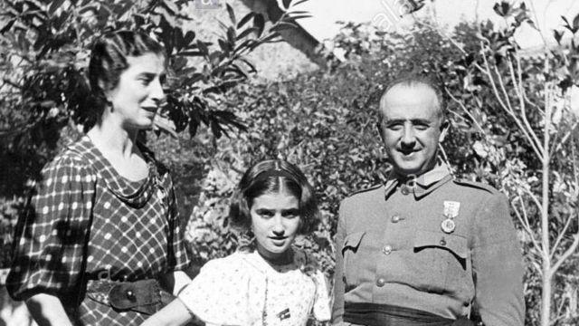 El día que sorprendieron a la hija de Franco en Barajas sacando oro a Suiza