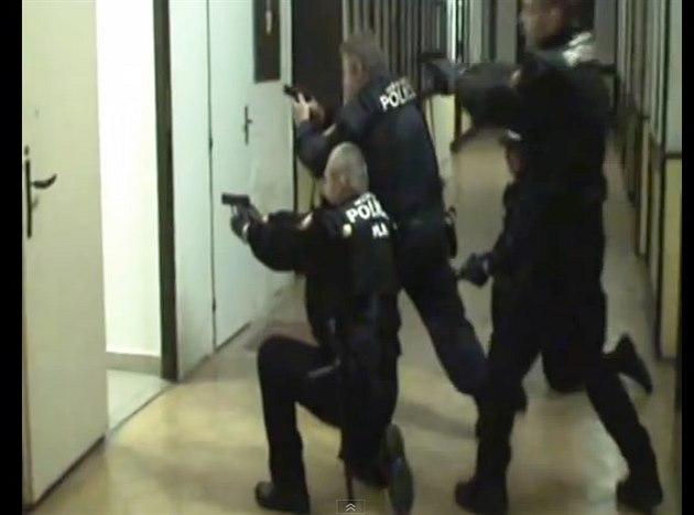 Záběr z uniklého videa ze cvičení jaroměřských strážníků