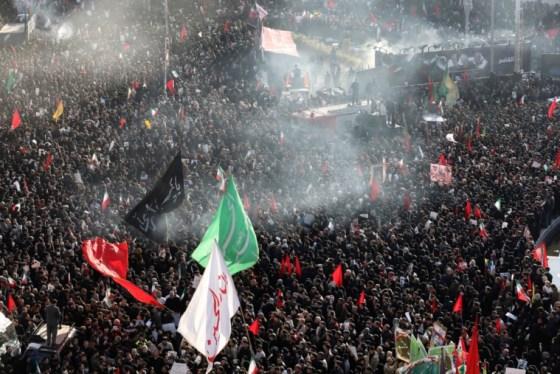 Οι θρηνητές παρευρίσκονται σε μια τελετή κηδείας του Ιρανού στρατηγού Qassem Soleimani και των συντρόφων του, που σκοτώθηκαν στο Ιράκ σε αεροπορική επίθεση των ΗΠΑ την Παρασκευή, στην πλατεία Enqelab-e-Eslami (Ισλαμική Επανάσταση) στην Τεχεράνη του Ιράν, τη Δευτέρα 6 Ιανουαρίου. , 2020. (AP Photo / Ebrahim Noroozi)