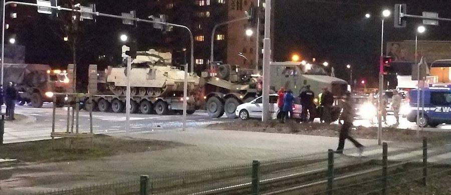 1 osoba została poszkodowana w zderzeniu samochodów wojskowych z osobowym volkswagenem w okolicach Ronda Fordońskiego w Bydgoszczy. Informację o tym zdarzeniu dostaliśmy na Gorącą Linię RMF FM.