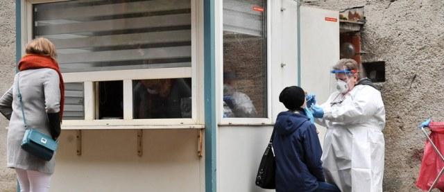 8099 osób zakażonych koronawirusem - to czwartkowe dane dobowe podane przez Ministerstwo Zdrowia. Zmarło 91 zakażonych osób. Premier Mateusz Morawiecki i minister zdrowia Adam Niedzielski ogłosili wczoraj listę nowych obostrzeń i zaprezentowali zaktualizowaną listę powiatów, które od soboty będą w żółtej i czerwonej strefie. W tej ostatniej będą 152 powiaty, w tym 11 miast wojewódzkich. Wydarzenia dotyczące pandemii koronawirusa w Polsce i na świecie śledzimy dla Was w relacji na żywo.
