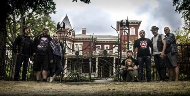 Ekipa PSPOP przed domem Stephena Kinga, fot. Patryk Jurek /
