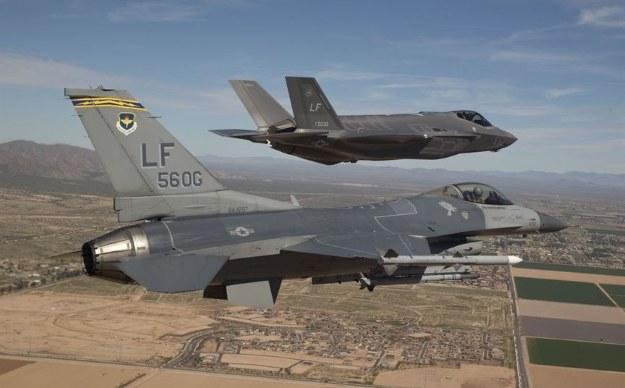 F-16 i F-35      U.S. Air Force photo/Jim Hazeltine /materiały prasowe