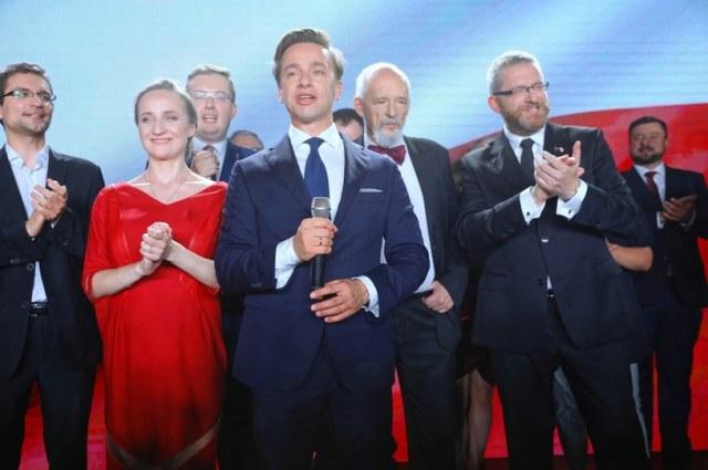 Janusz Korwin-Mikke za plecami Krzysztofa Bosaka podczas wieczoru wyborczego /Rafał Guz /PAP
