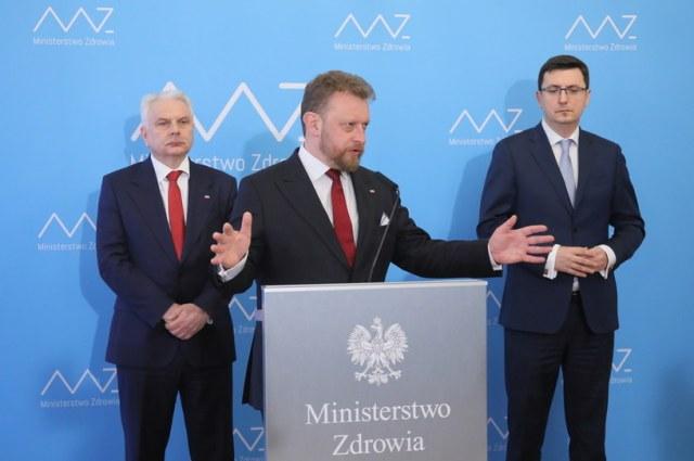 Minister zdrowia Łukasz Szumowski, dyrektor NIZP-PZH Grzegorz Juszczyk i wiceminister zdrowia Waldemar Kraska /Paweł Supernak /PAP