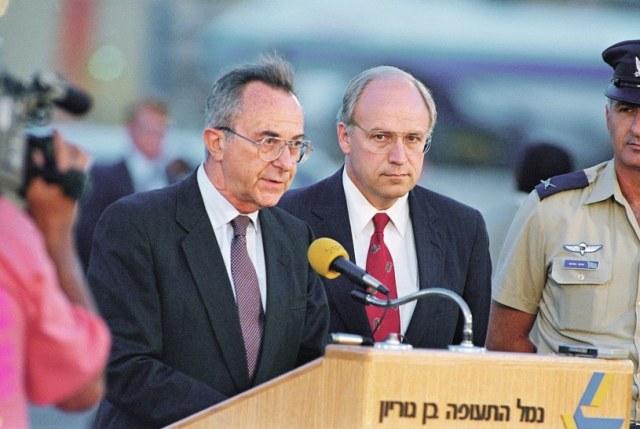 Moshe Arens (z lewej) w 1991 r. /ASSOCIATED PRESS/FOTOLINK  /East News