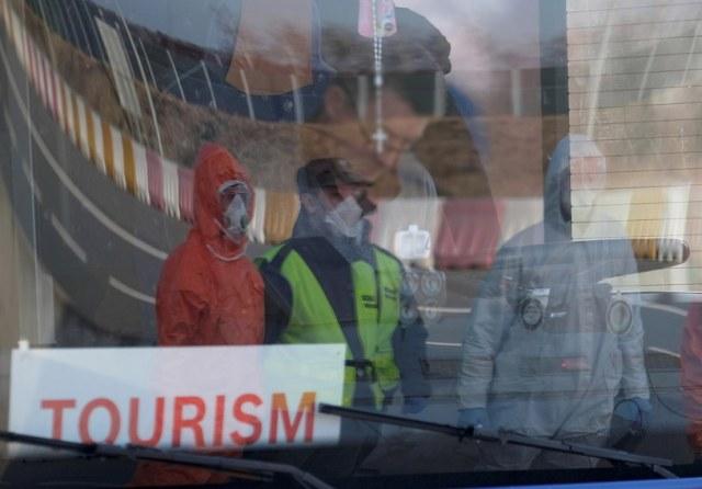 Na zdj. kontrola sanitarna pasażerów autobusów wjeżdżających do Polski na granicy z Czechami w Gorzyczkach / Andrzej Grygiel    /PAP