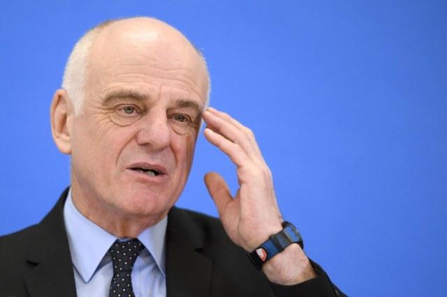 Odpowiedzialny z ramienia WHO za walkę z koronawirusem w Europie David Nabarro. /FABRICE COFFRINI /AFP