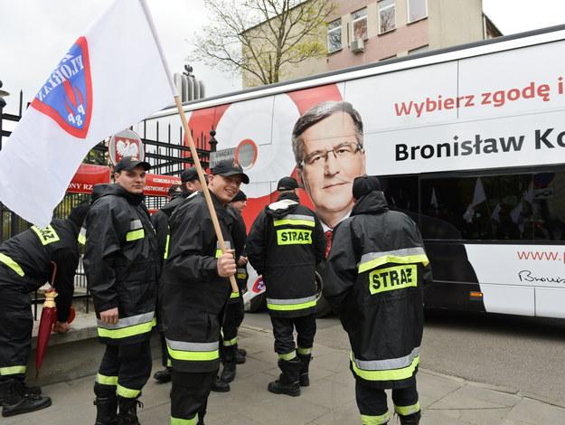Protestujący strażacy i bronkobus... /Marcin Obara /PAP