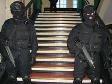 Przestępca podpuścił policjantów. Ci wyważyli drzwi przypadkowego domu