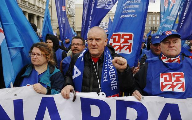 Przewodniczący Ogólnopolskiego Porozumienia Związków Zawodowych Jan Guz (C) /Paweł Supernak /PAP