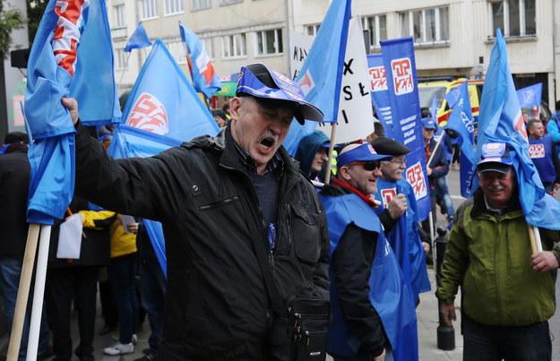 Uczestnicy demonstracji organizowanej przez Ogólnopolskie Porozumienie Związków Zawodowych /Paweł Supernak /PAP